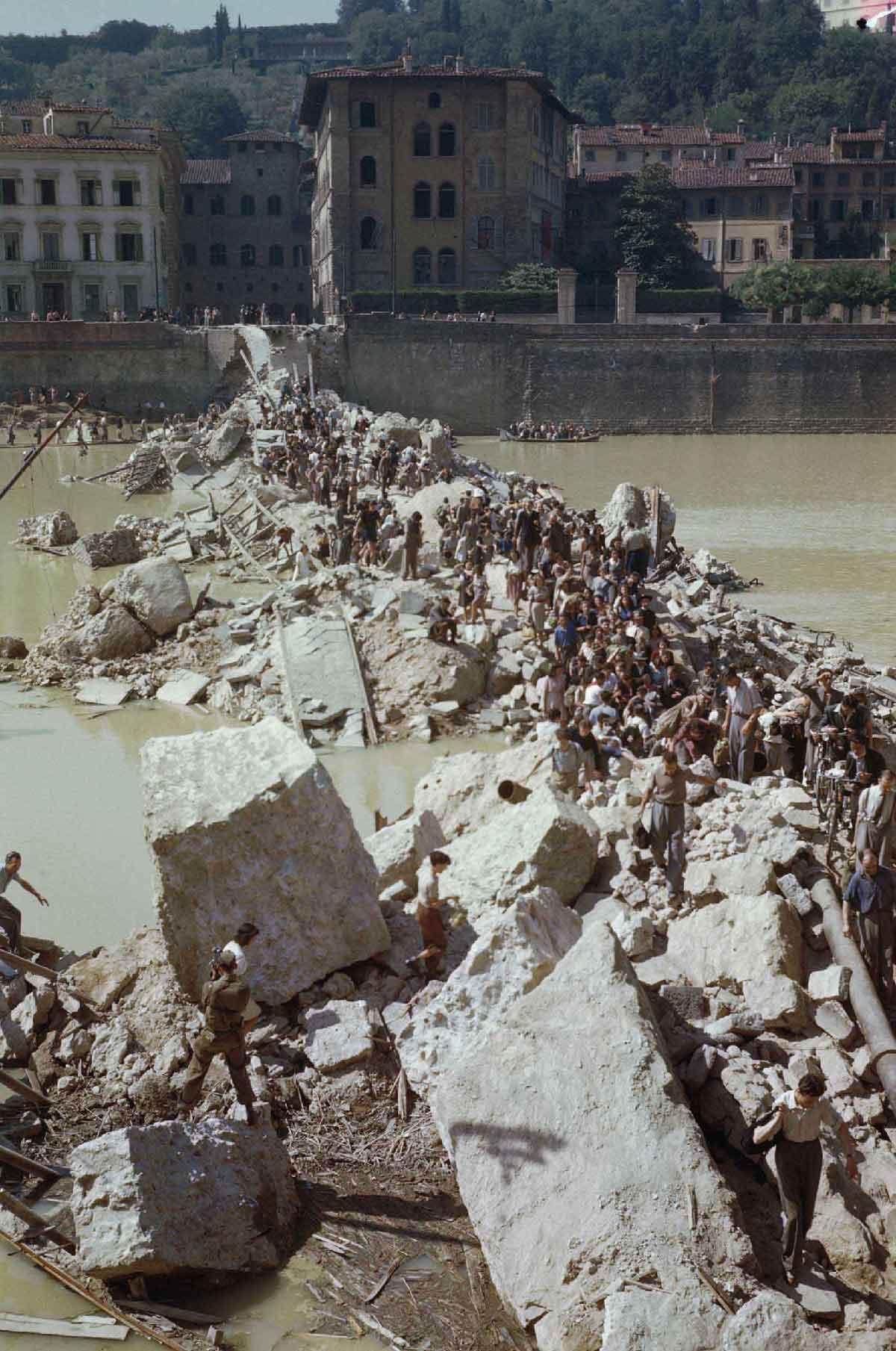 Civili attraversano l'Arno sulle macerie del Ponte alla Grazie (War Imperial Museum, London)