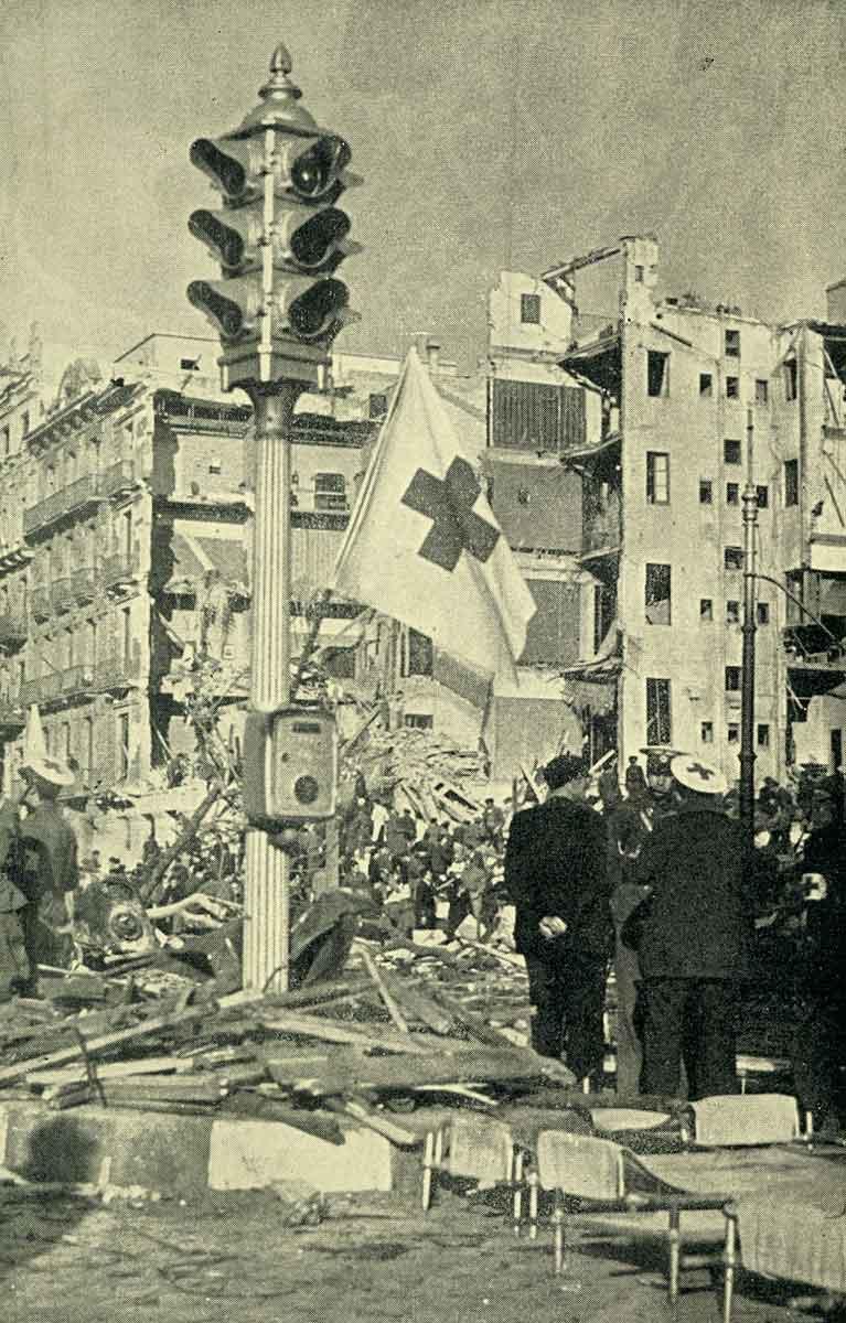 Barcellona?. Rovine dopo i bombardamenti dell'aviazione italo-tedesca. Al centro un semaforo con la bandiera della Croce Rossa Internazionale