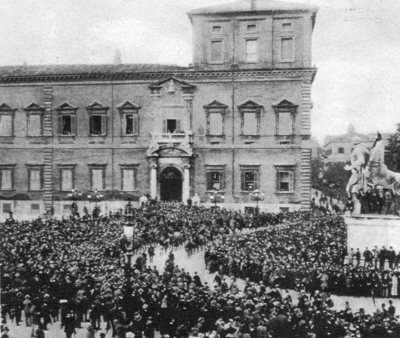 Le camicie nere sfilano il 31 ottobre 1922 davanti al Quirinale