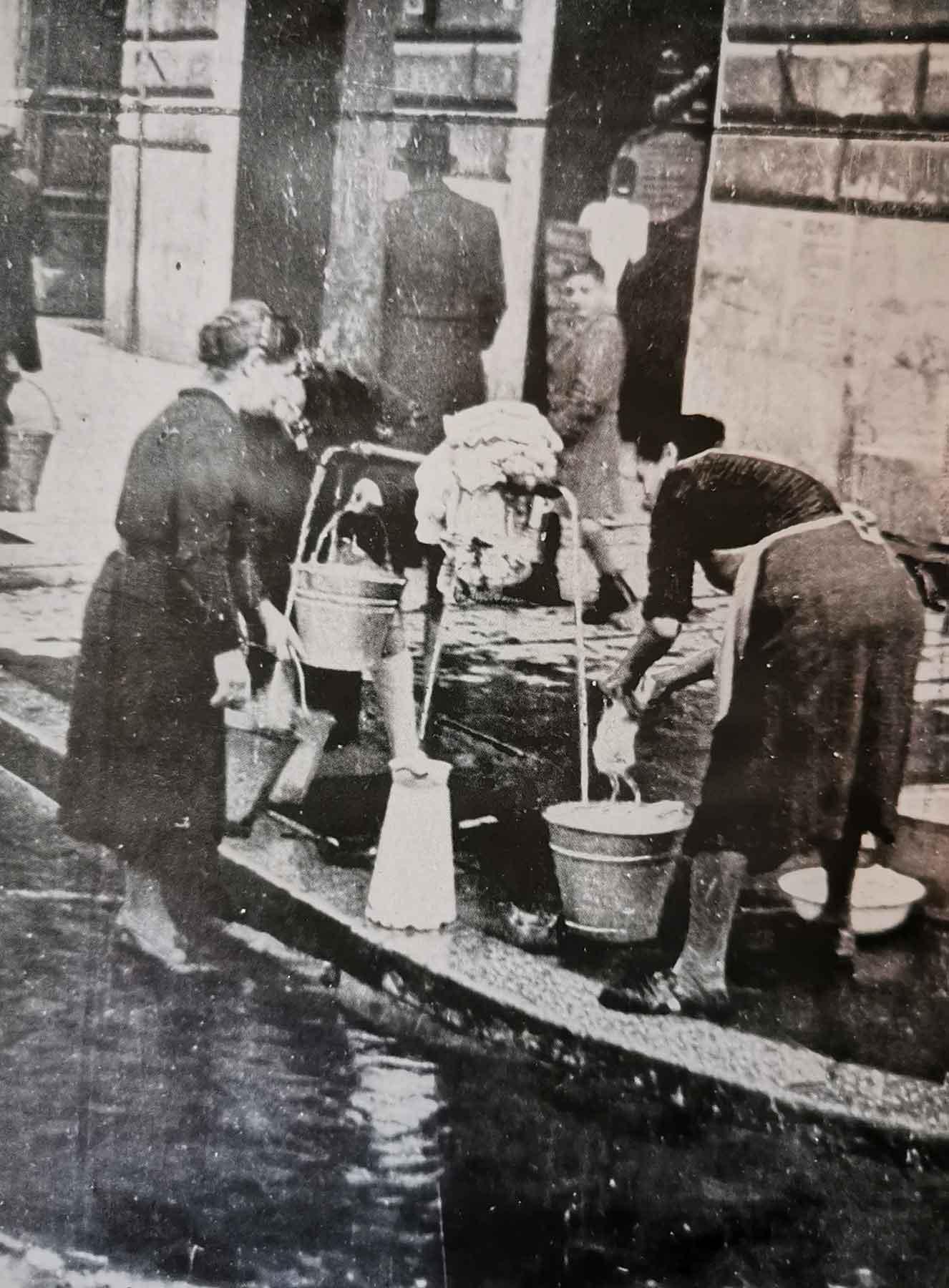 razionamento dell'acqua nella città bombardata