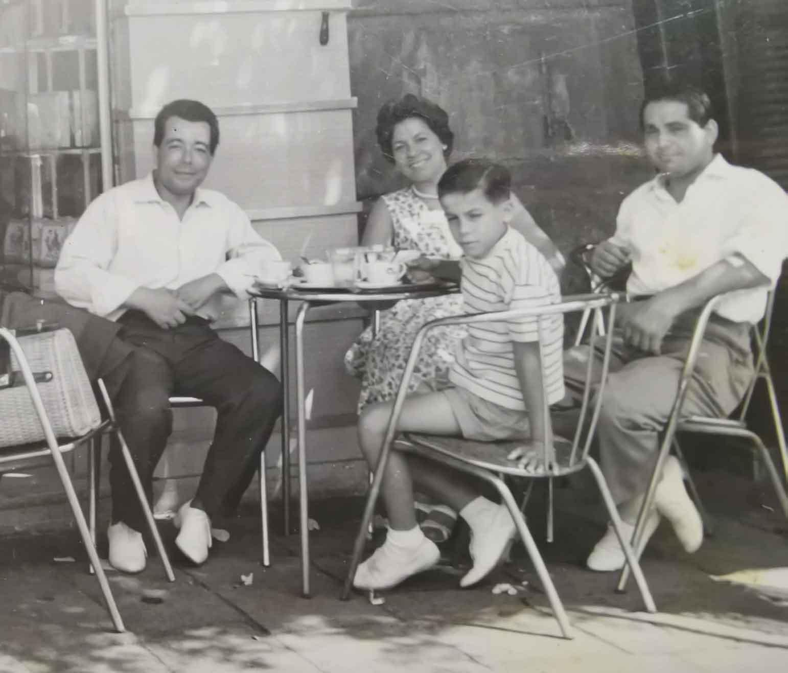 Mario Di Maio con la sorella in un bar di San Lorenzo dopo la guerra